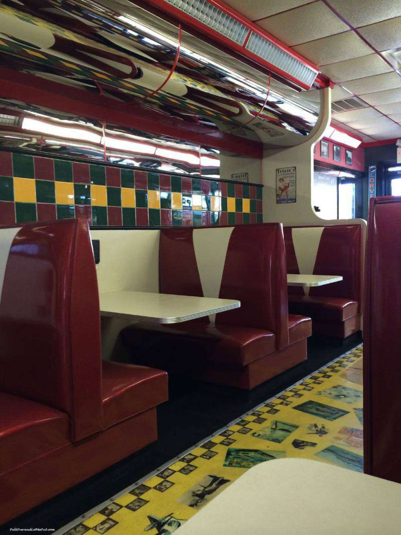 interior-booths-at-Pop's