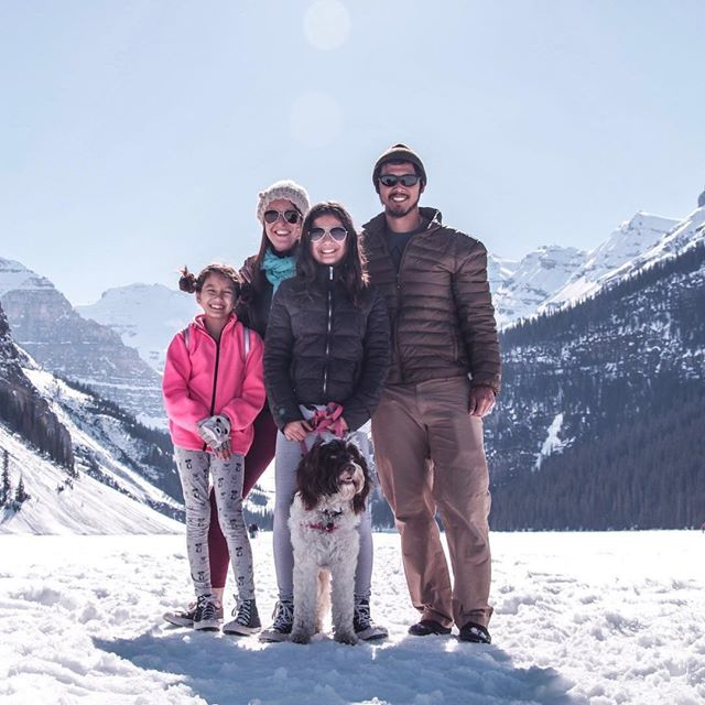 Family and dog on a snowy mountain. Trusted House Sitters PullOverAndLetMeOut.com