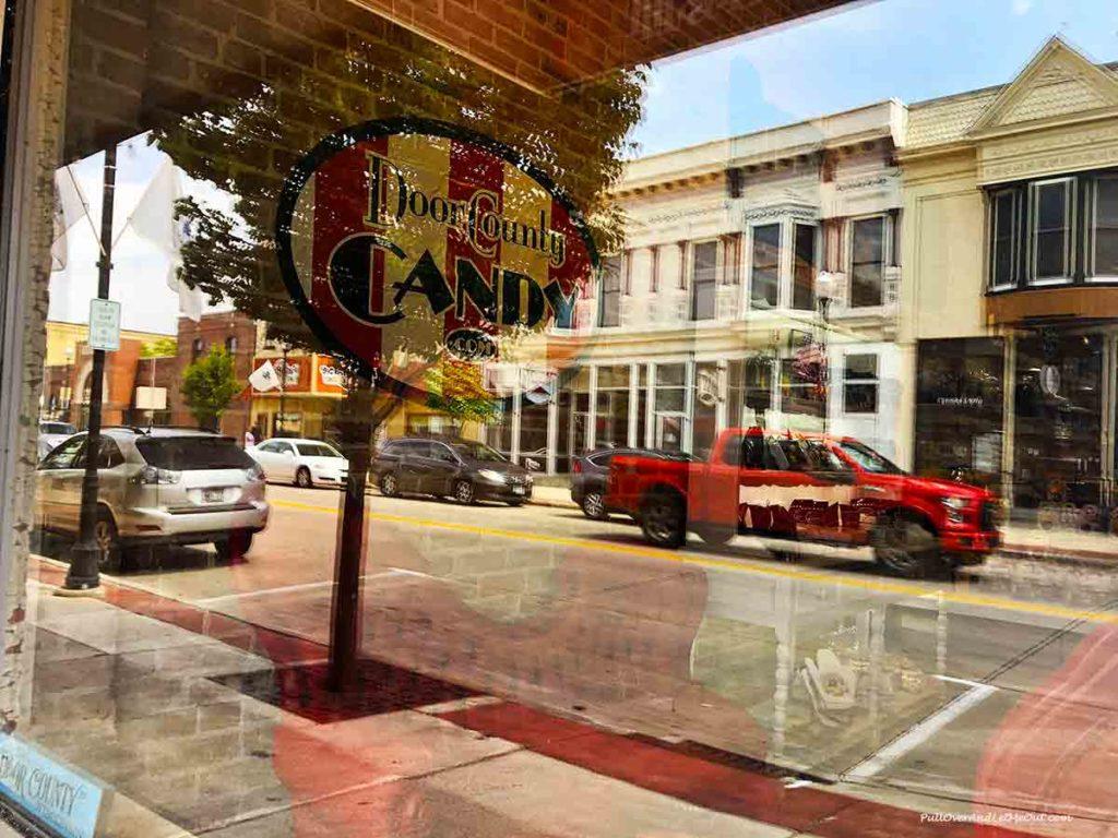 shop window in Sturgeon Bay Door County Wisconsin PullOverAndLetMeOut